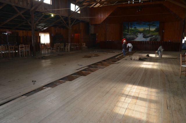Iniciadas as obras de reforma no assoalho do salão do CTG Porteira do Rio Grande